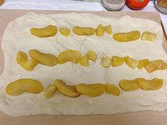煮リンゴの一部をパン生地に