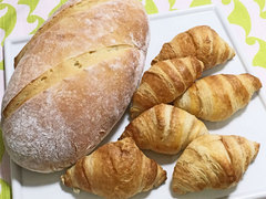 焼きたてパン(右は冷凍生地、左はわたしの手ごね生地)